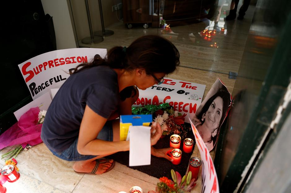 Activists place photos of assassinated anti-corruption journalist Caruana Galizia together with flowers, candles and protest posters, in the entrance of Malta's Ministry of Justice in Valletta | Autor: DARRIN ZAMMIT LUPI/REUTERS/PIXSELL/REUTERS/PIXSELL