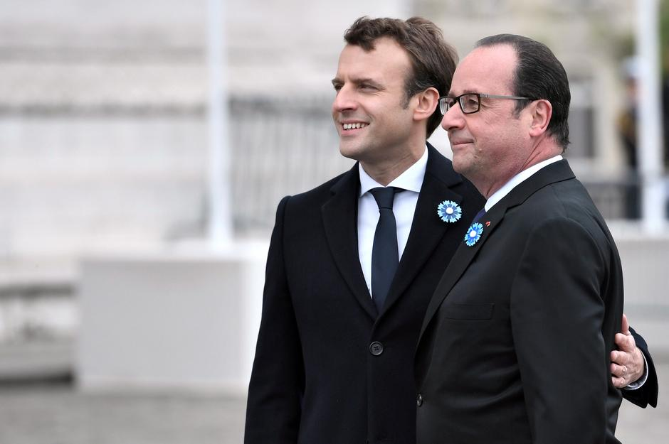 Outgoing French President Hollande and President-elect Macron attend a ceremony to mark the end of World War II at the Tomb of the Unknown Soldier at the Arc de Triomphe in Paris | Autor: Etienne Laurent/REUTERS