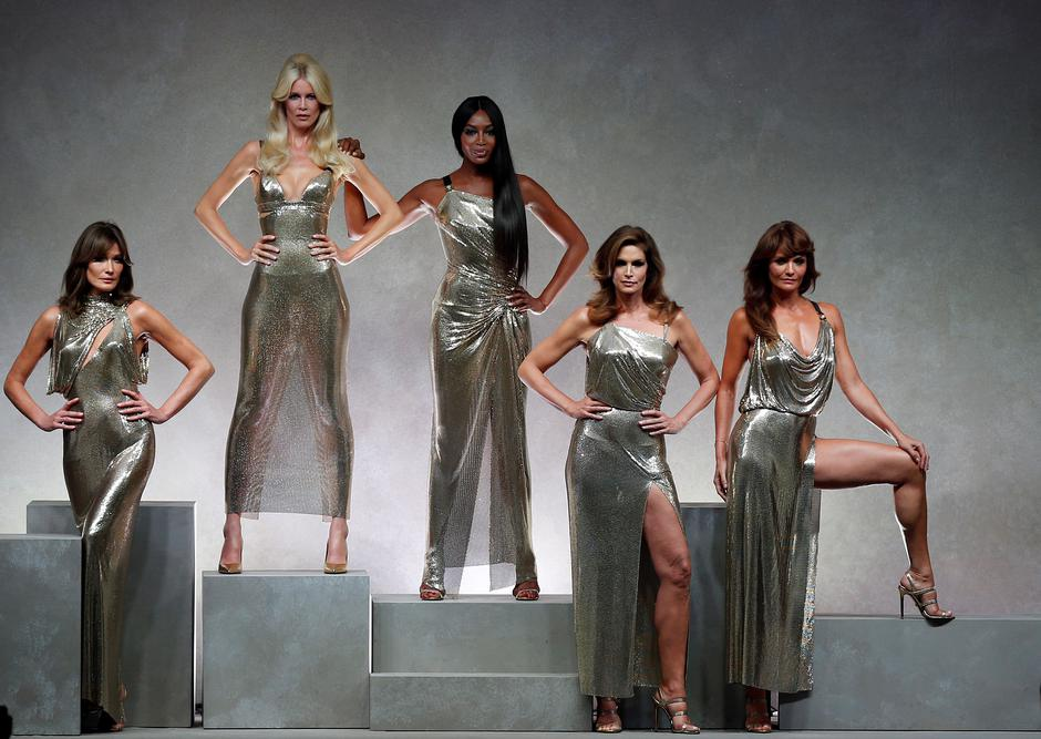 Former top models Carla Bruni, Claudia Schiffer, Naomi Campbell, Cindy Crawford and Helena Christensen display iconic  creations of late Italian designer Gianni Versace's during the Versace Spring/Summer 2018 show at the Milan Fashion Week in Milan | Autor: STEFANO RELLANDINI/REUTERS/PIXSELL/REUTERS/PIXSELL