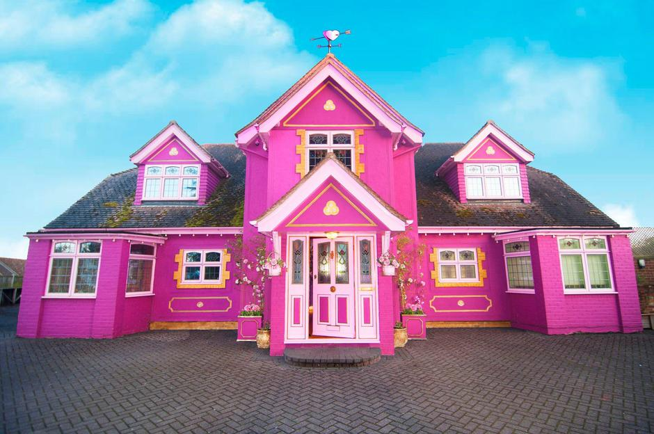 AIR BNB PINK HOUSE | Autor: Caters News