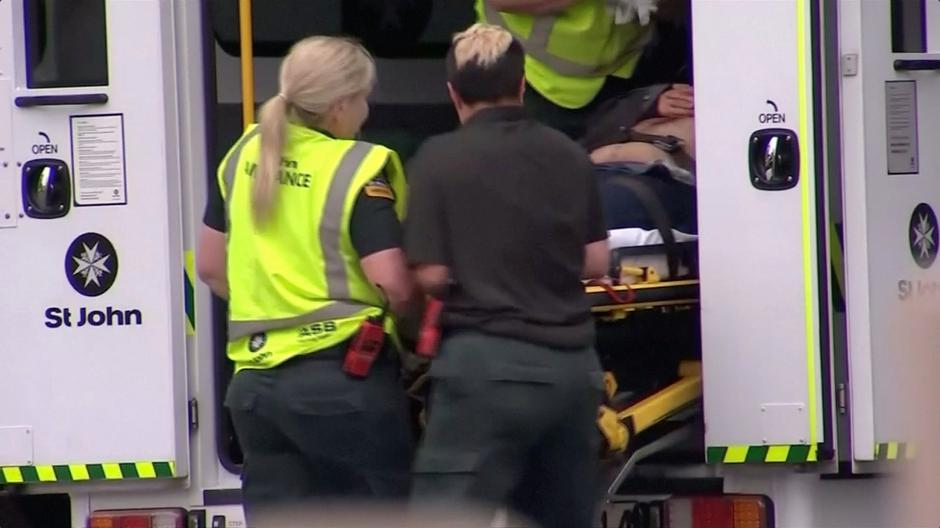 Video grab of emergency services personnel transport a stretcher carrying a person at a hospital, after reports that several shots had been fired, in central Christchurch | Autor: REUTERS TV/REUTERS/PIXSELL/REUTERS/PIXSELL