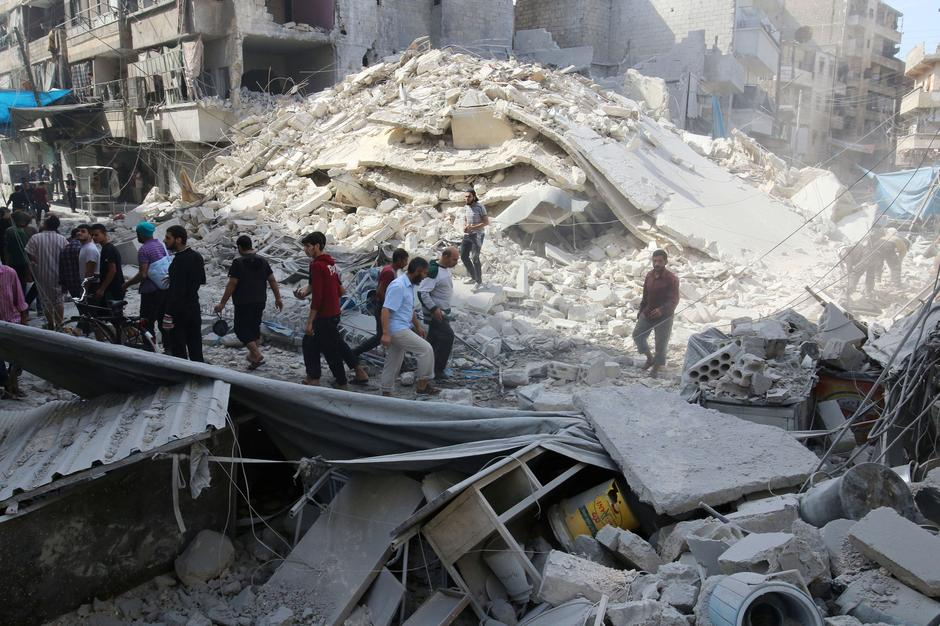 People inspect the damage at a market hit by airstrikes in Aleppo's rebel held al-Fardous district | Autor: ABDALRHMAN ISMAIL
