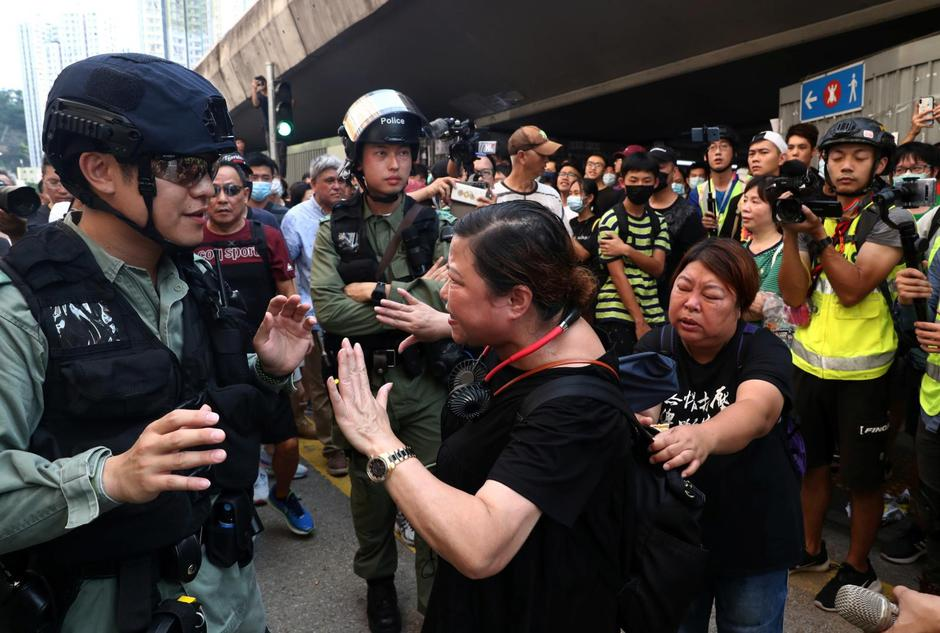 An anti-government protester argues with a riot police officer near Amoy Plaza shopping mall in Kowloon Bay, Hong Kong | Autor: ATHIT PERAWONGMETHA/REUTERS/PIXSELL/REUTERS/PIXSELL