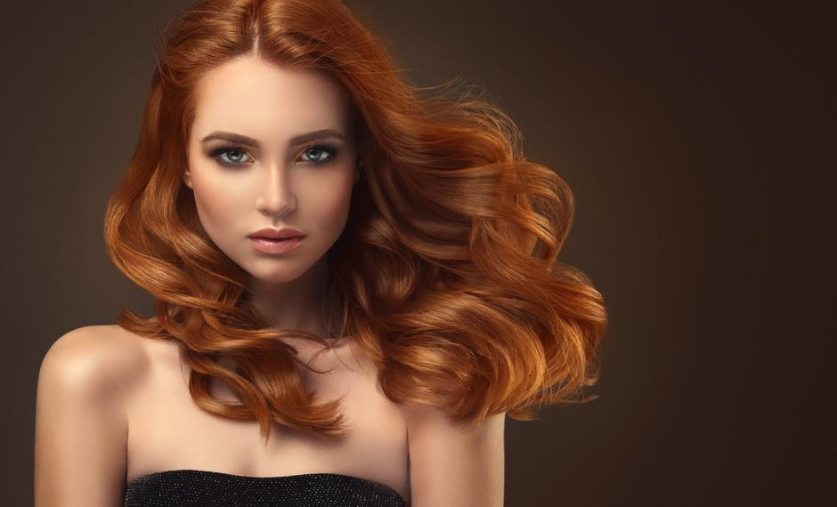 Red haired woman with voluminous, shiny and curly hairstyle.Flying hair. | Autor: EdwardDerule