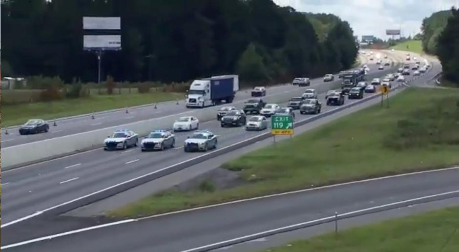 South Carolina Highway Patrol cars escort a line of vehicles as they lead traffic from Charleston to Columbia, as residents prepare ahead of Hurricane Florence's descent | Autor: SOCIAL MEDIA