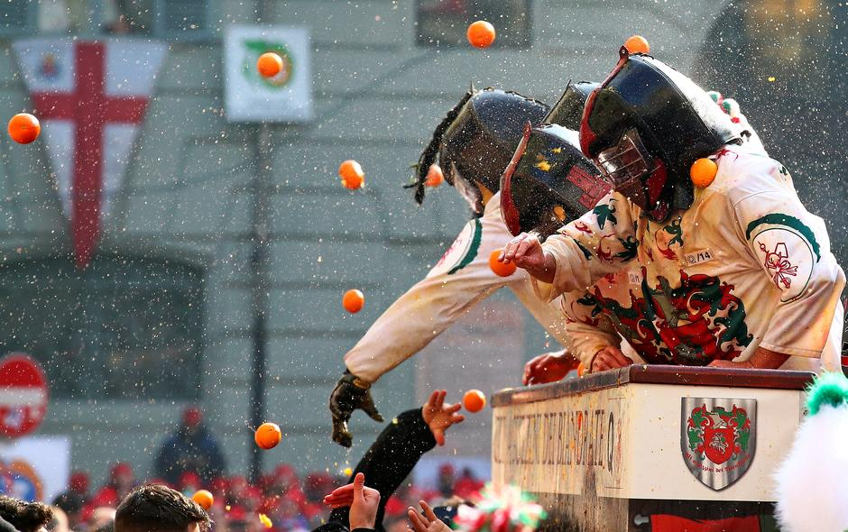 Members of rival teams fight with oranges during an annual carnival battle in the northern Italian town of Ivrea | Autor: ALESSANDRO BIANCHI