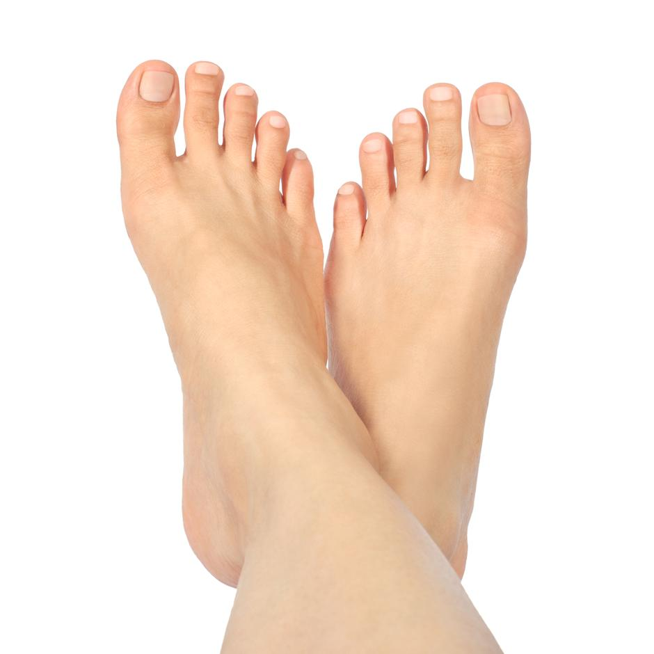 Beautiful well-groomed female a foot and a heel on a white backg | Autor: Dreamstime