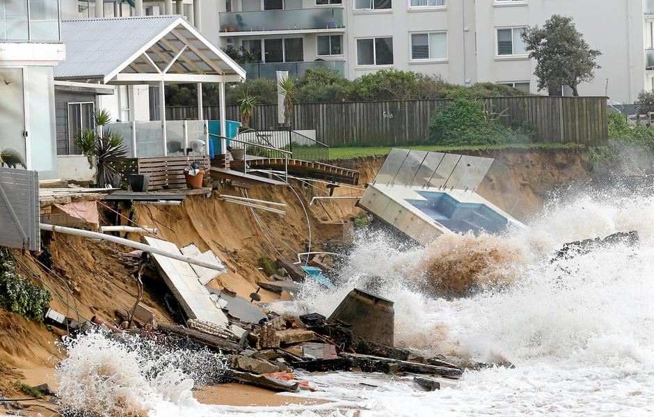 A wave crashes against a swimming pool and properties after they were damaged by severe weather, which brought strong winds and heavy rain to the east coast of Australia, at Collaroy beach in Sydney | Autor: STRINGER