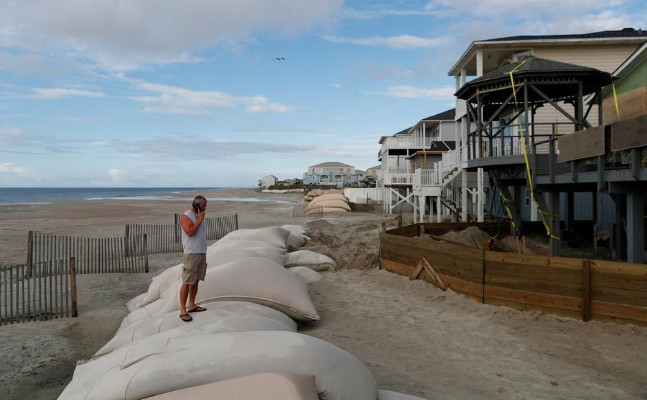 Dennis Kernodle talks on the phone during storm preparations of his oceanfront home ahead of the arrival of Hurricane Florence in Ocean Isle Beach | Autor: RANDALL HILL/REUTERS/PIXSELL/REUTERS/PIXSELL