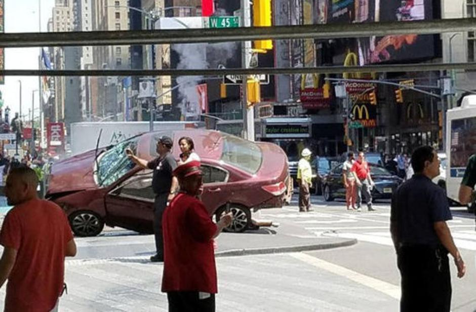 A vehicle that drove up on the sidewalk on Broadway & 43rd is seen in Times Square in New York | Autor: HANDOUT