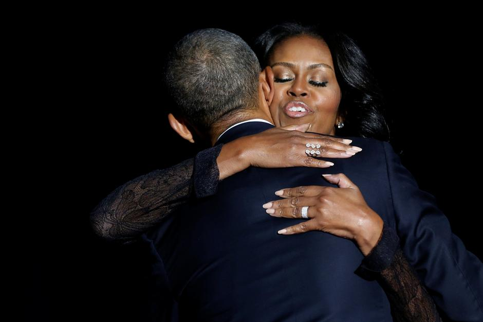 Obama embraces his wife Michelle Obama after his farewell address in Chicago | Autor: JONATHAN ERNST