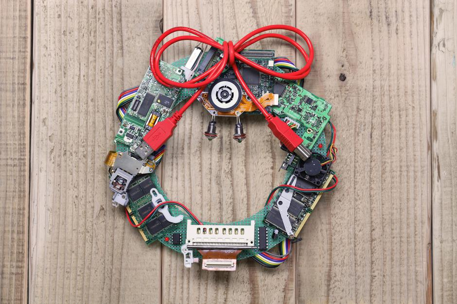 geeky christmas wreath made by old computer parts | Autor: bonchan