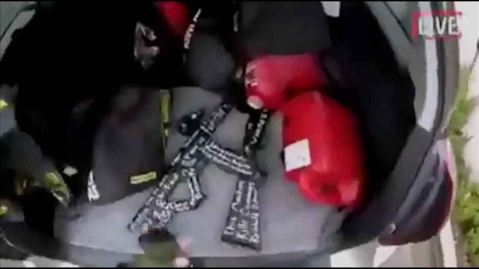 A still image taken from video circulated on social media, apparently taken by a gunman and posted online live as the attack unfolded, shows him retrieving weapons from the boot of his car in Christchurch | Autor: SOCIAL MEDIA/REUTERS/PIXSELL/REUTERS/PIXSELL