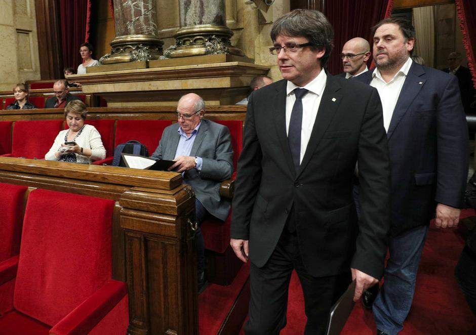 Catalan President Carles Puigdemont arrives in the chamber at the Catalonian regional parliament in Barcelona | Autor: ALBERT GEA