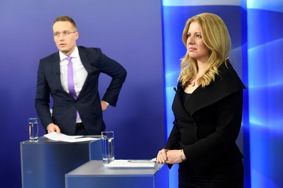 FILE PHOTO: Slovakia's presidential candidates Zuzana Caputova and Maros Sefcovic get ready for a televised debate ahead of an election run-off, at TV Markiza studio in Bratislava | Autor: RADOVAN STOKLASA/REUTERS/PIXSELL/REUTERS/PIXSELL