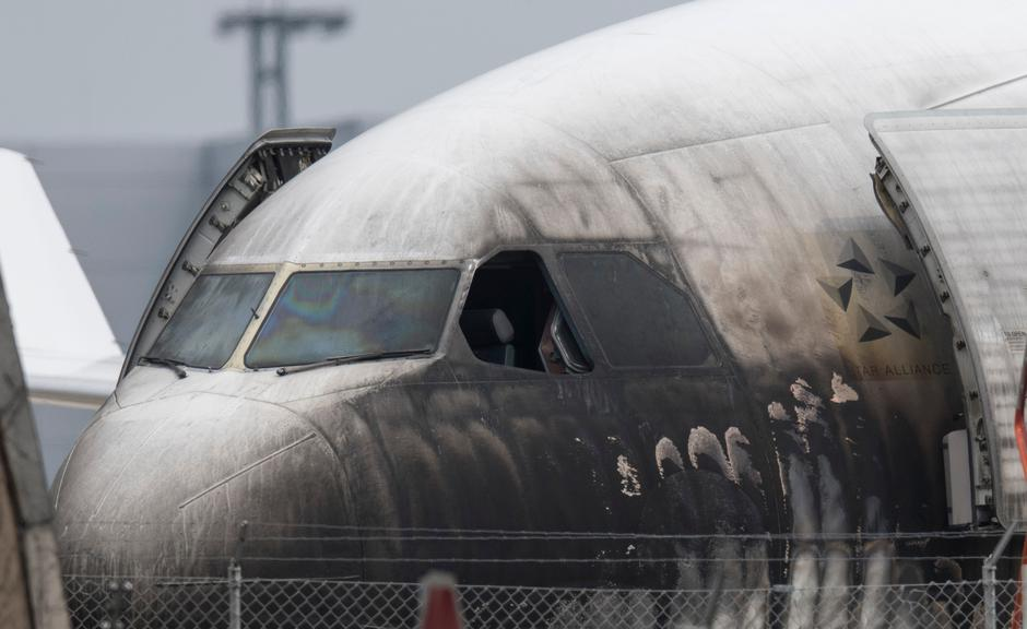 Airplane damaged by fire | Autor: Boris Roessler/DPA/PIXSELL