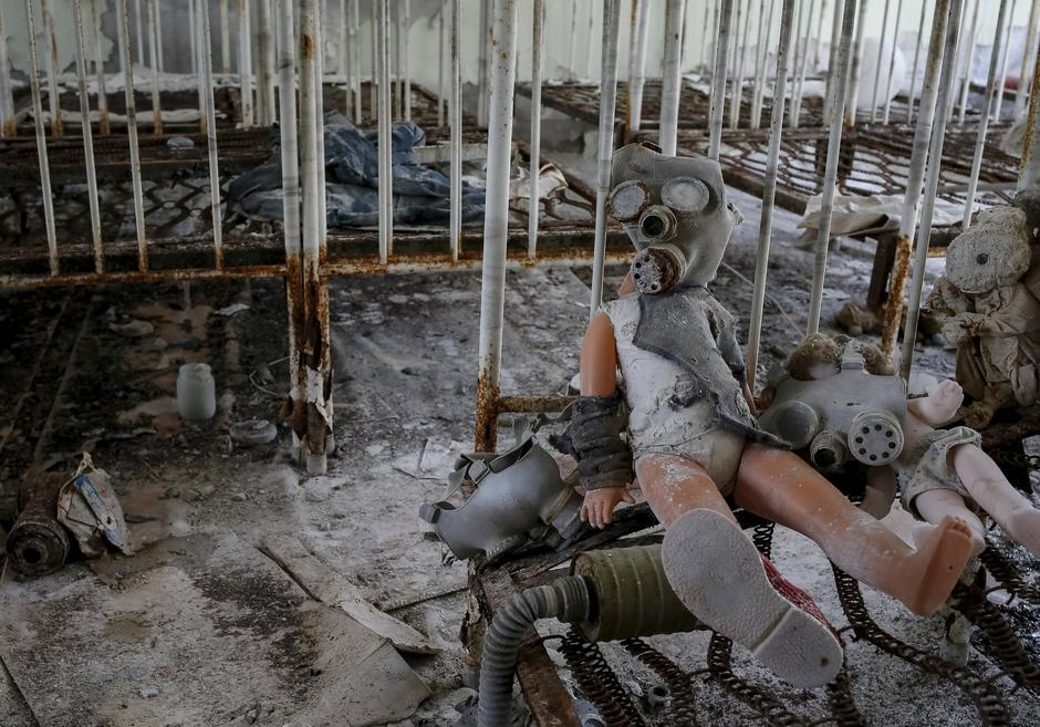 A doll in a children's gas mask is seen amongst beds at a kindergarten in the abandoned city of Pripyat near the Chernobyl nuclear power plant | Autor: GLEB GARANICH