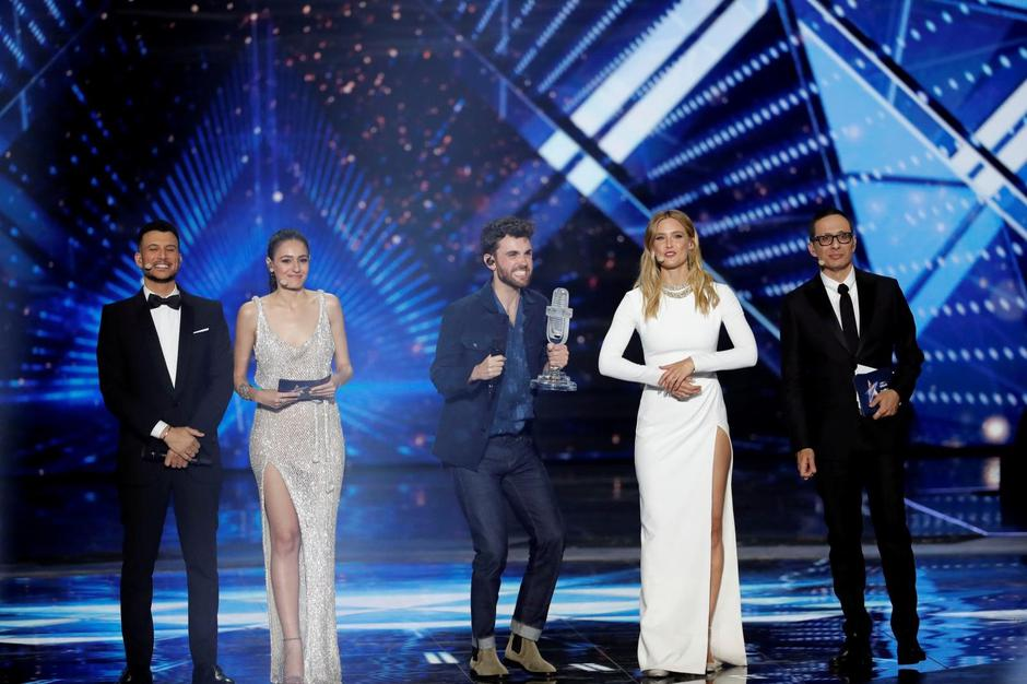 Hosts of the 2019 Eurovision Song Contest, Bar Refaeli, Erez Tal, Assi Azar and Lucy Ayoub stand next to Duncan Laurence of the Netherlands as he reacts after winning the contest in Tel Aviv, Israel | Autor: RONEN ZVULUN/REUTERS/PIXSELL/REUTERS/PIXSELL