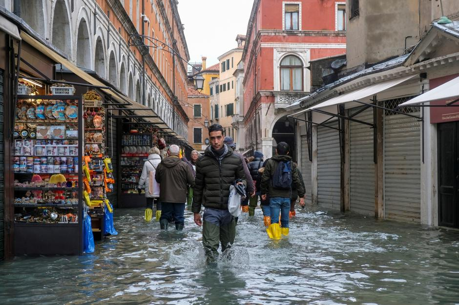 People walk in the flooded street during a period of seasonal high water in Venice | Autor: MANUEL SILVESTRI/REUTERS/PIXSELL/REUTERS/PIXSELL