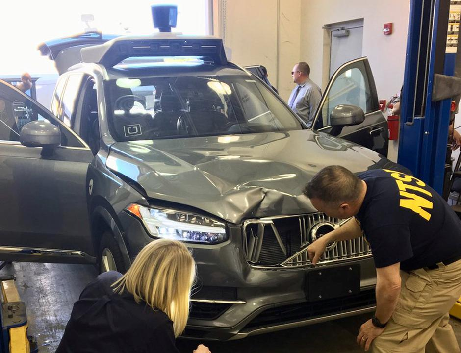 FILE PHOTO: NTSB investigators examine a self-driving Uber vehicle involved in a fatal accident in Tempe | Autor: Handout/REUTERS/PIXSELL/REUTERS/PIXSELL