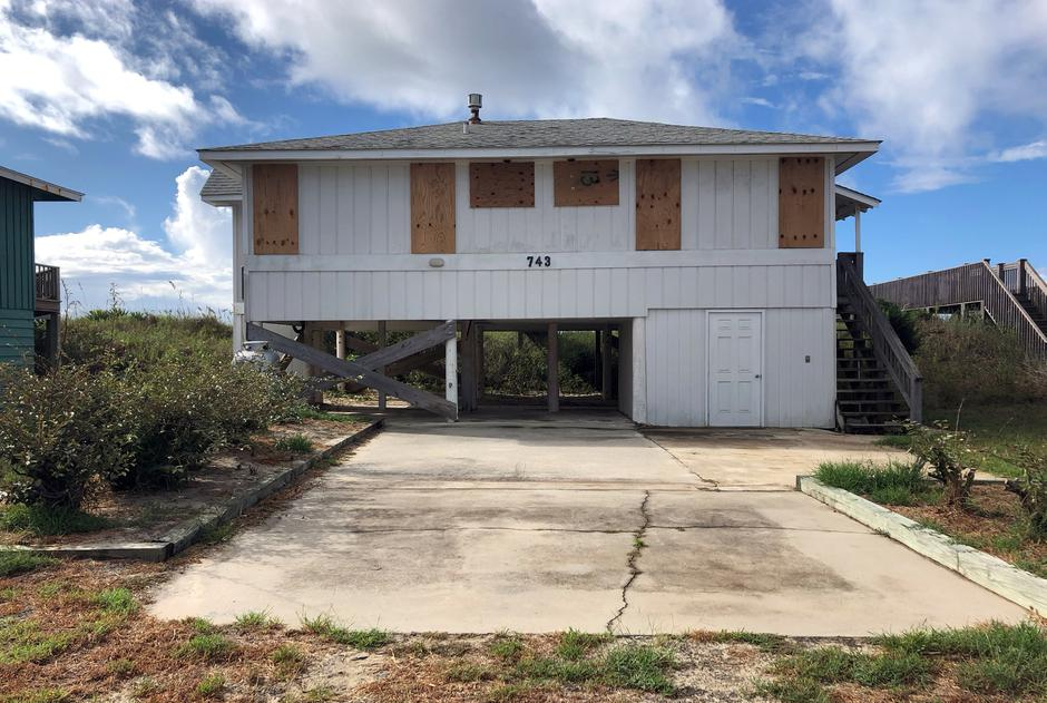 A beachfront home is boarded up ahead of Hurricane Florence, at Holden Beach | Autor: ANNA DRIVER