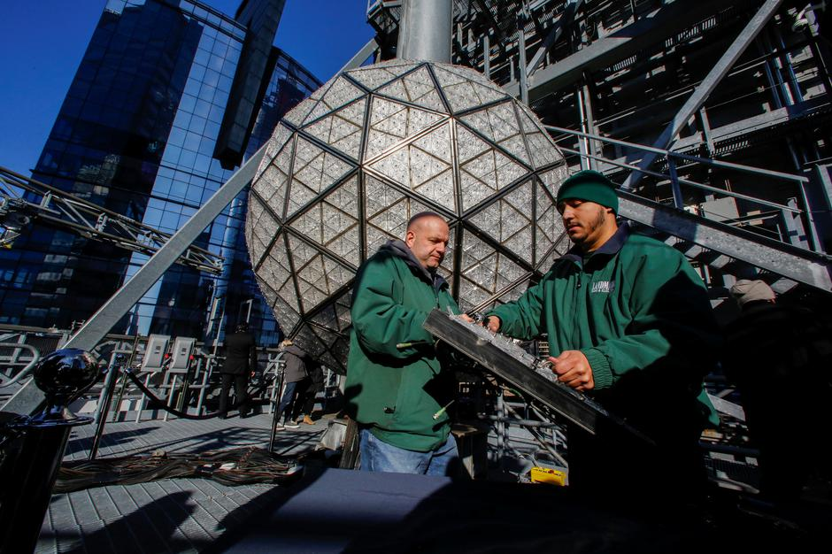 Workers prepare a panel of Waterford Crystal triangles before attaching it to the Times Square New Year's Eve Ball on the roof of One Times Square in Manhattan, New York | Autor: EDUARDO MUNOZ