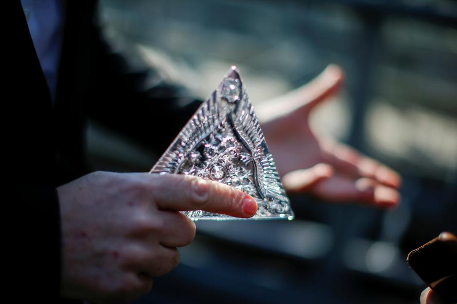 Tom Brennan, Master Artisan of Waterford Crystal, holds a Waterford Crystal triangle from the Times Square New Year's Eve Ball on the roof of One Times Square in Manhattan, New York | Autor: EDUARDO MUNOZ