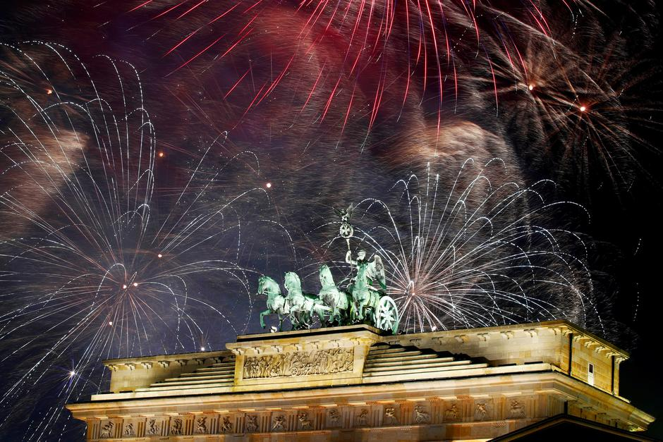 Fireworks explode over the Quadriga sculpture atop the Brandenburg gate during New Year celebrations in Berlin, Germany | Autor: AXEL SCHMIDT