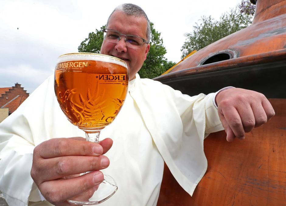 Norbertine Father Karel poses with a Grimbergen beer, symbolised by a phoenix, in the courtyard of the Belgian Abbey of Grimbergen before announcing that the monks will return to brewing after a break of two centuries, in Grimbergen | Autor: YVES HERMAN/REUTERS/PIXSELL/REUTERS/PIXSELL