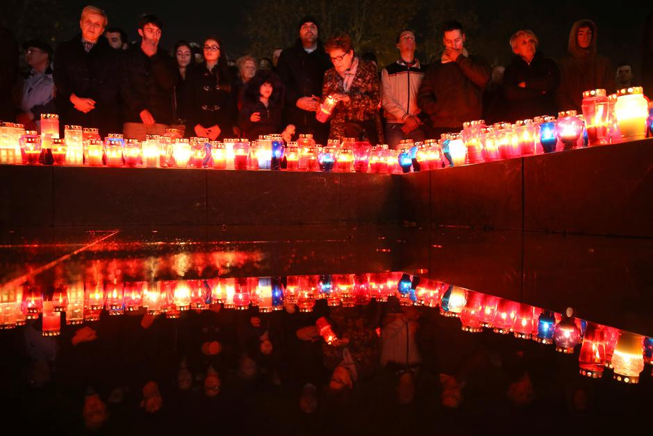 Bosnian Croats pray and light candles for the convicted general Slobodan Praljak who killed himself seconds after the verdict in the U.N. war crimes tribunal in The Hague, in Mostar | Autor: DADO RUVIC