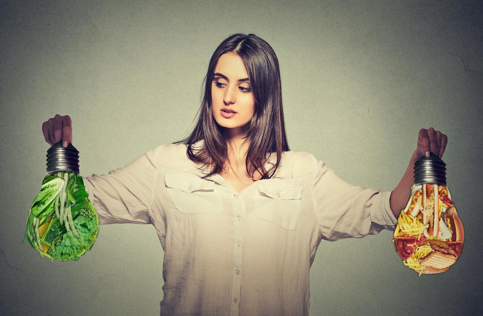 Woman thinking making diet choices junk food or green vegetables | Autor: 123RF