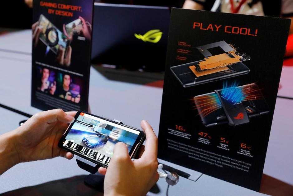 A visitor plays Asus Republic of Gamers's ROG gaming phone during the annual Computex computer exhibition in Taipei | Autor: TYRONE SIU/REUTERS/PIXSELL/REUTERS/PIXSELL
