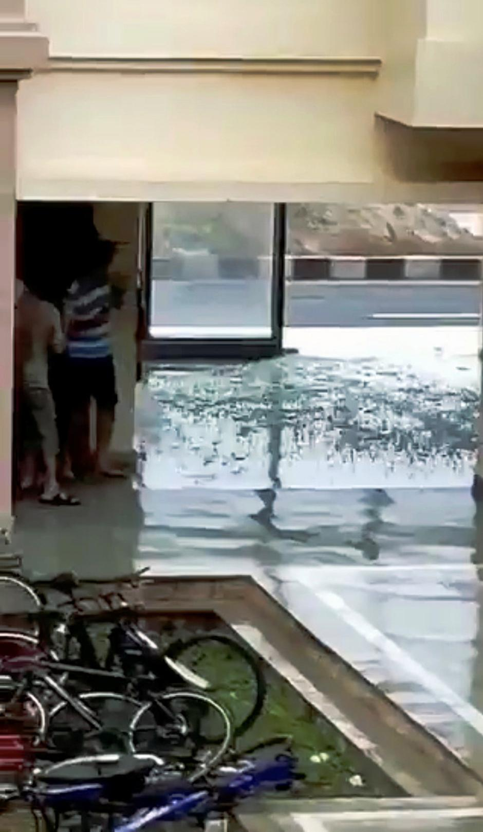 A window glass shatters during Cyclone Fani in Bhubaneswar, Odisha | Autor: SOCIAL MEDIA