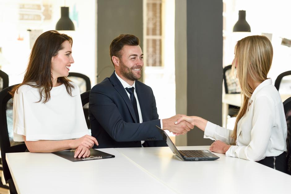 Smiling young couple shaking hands with an insurance agent | Autor: Freepik