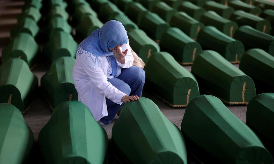 A Muslim woman cries near the coffin of her relatives, who are newly identified victims of the 1995 Srebrenica massacre and lined up for a joint burial in Potocari near Srebrenica, Bosnia and Herzegovina | Autor: Dado Ruvic/REUTERS