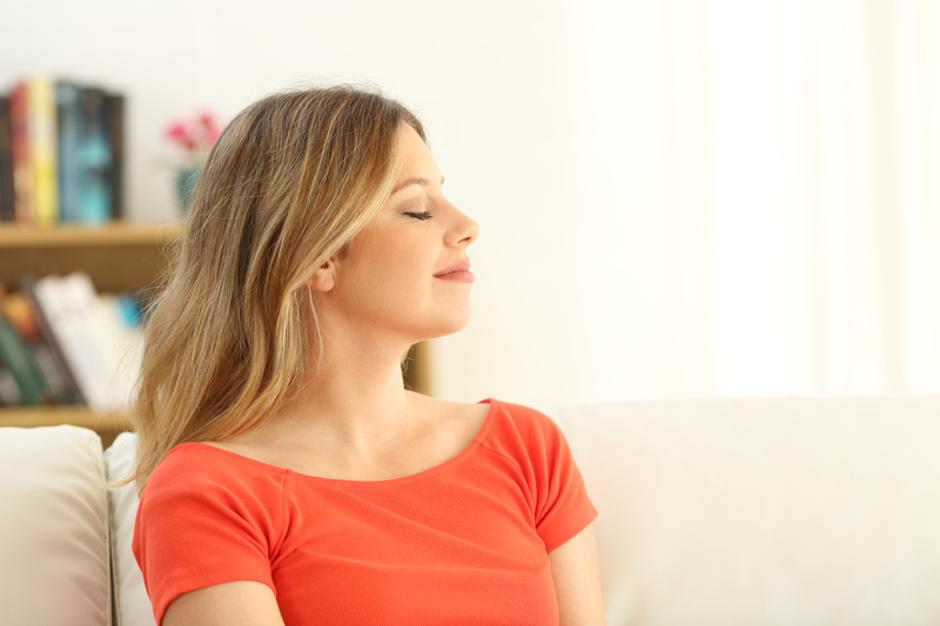 Woman relaxing with closed eyes at home | Autor: Dreamstime